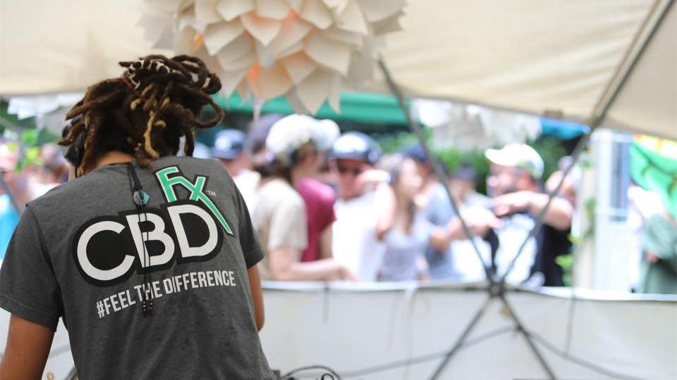 CBDfx の Tシャツ